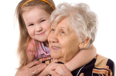 бабушка с внучкой обнимаются