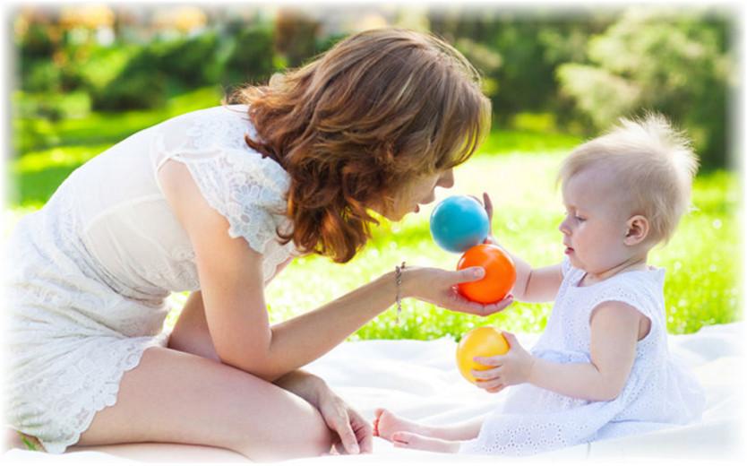 мама играет с ребенком в шары